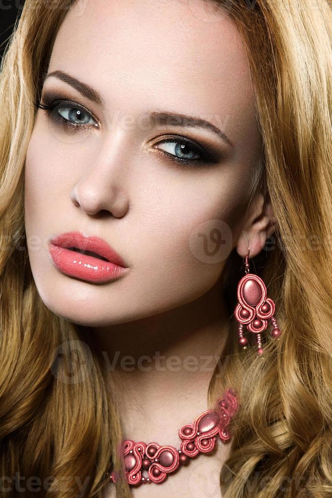 mooi meisje met perfecte huid en avond make-up. foto