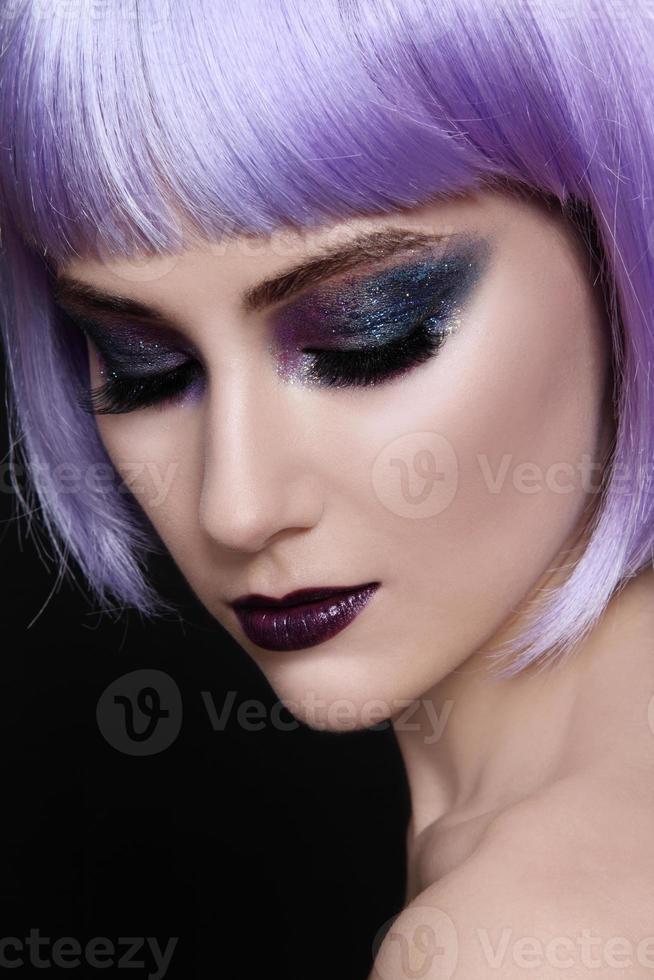 paarse pruik en sprankelende make-up foto