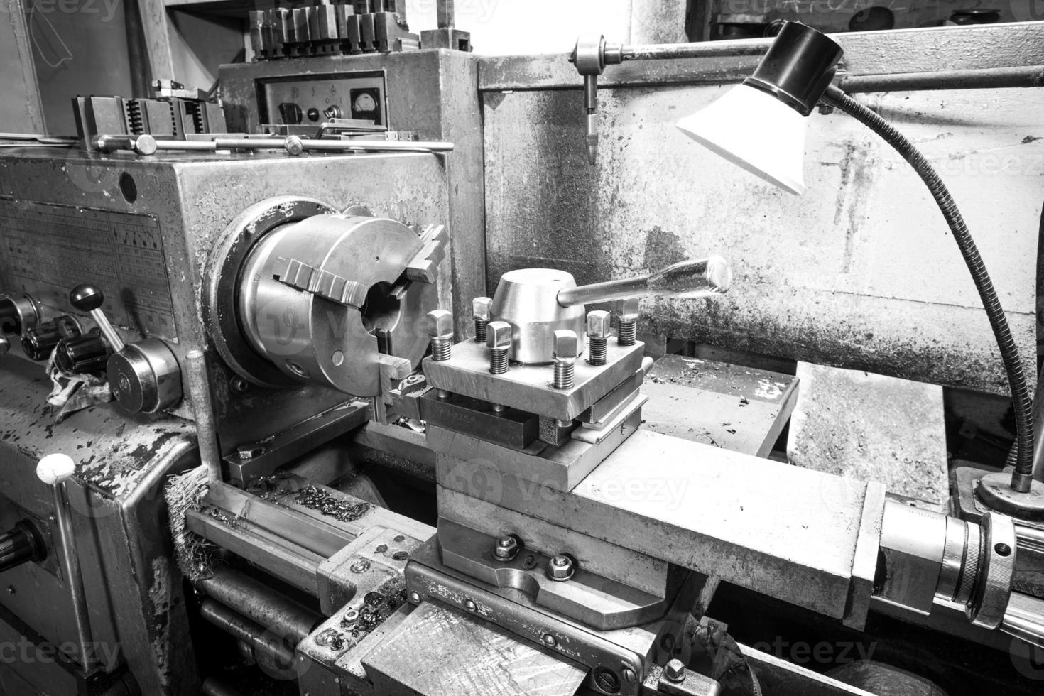 zwart-wit foto van een draaibank werktuigmachine