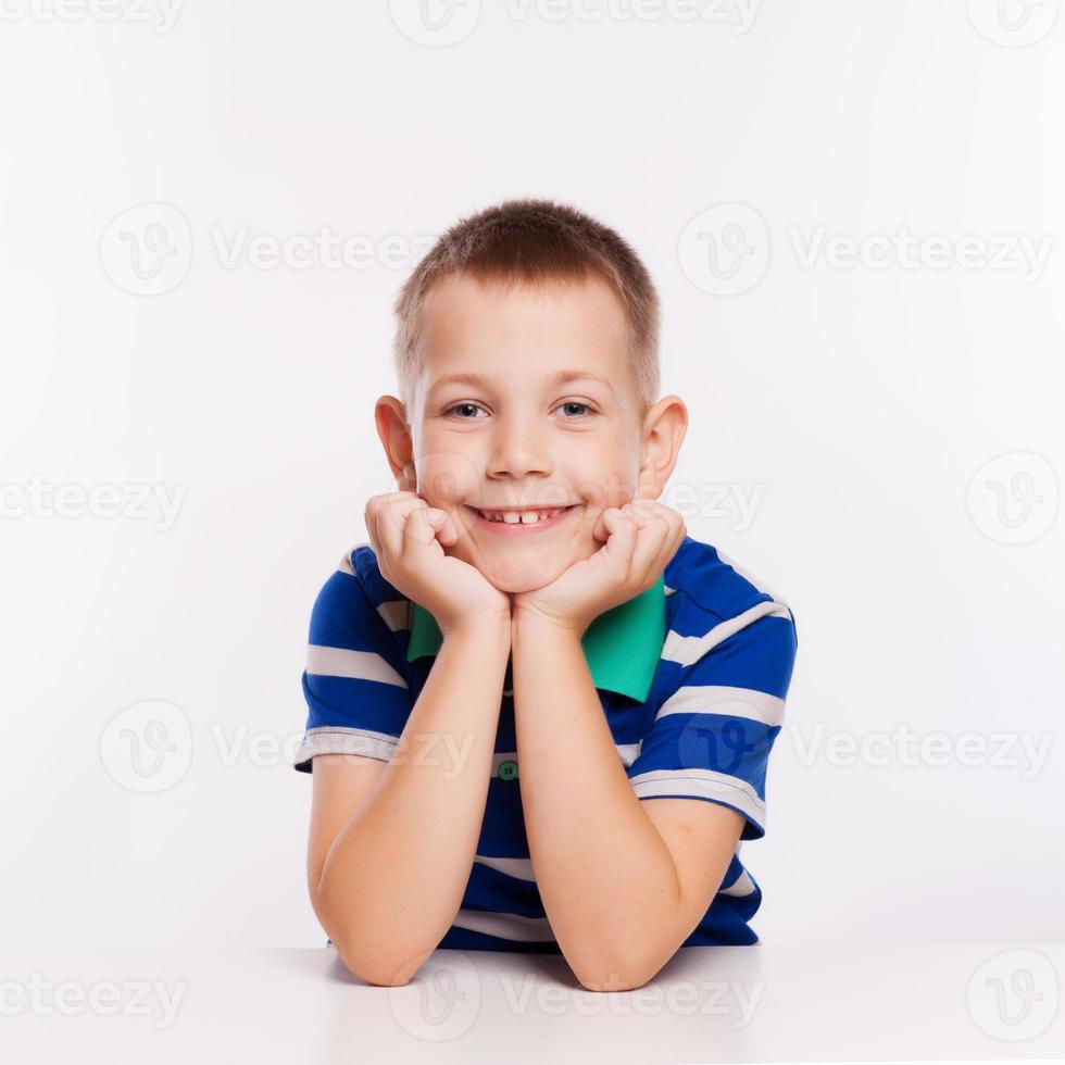 ernstige kleine jongen in bril en pak. geïsoleerd foto
