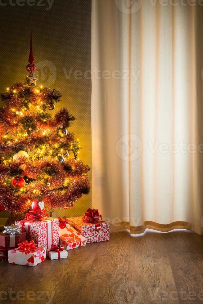 kerstavond met kleurrijke boom en geschenken foto