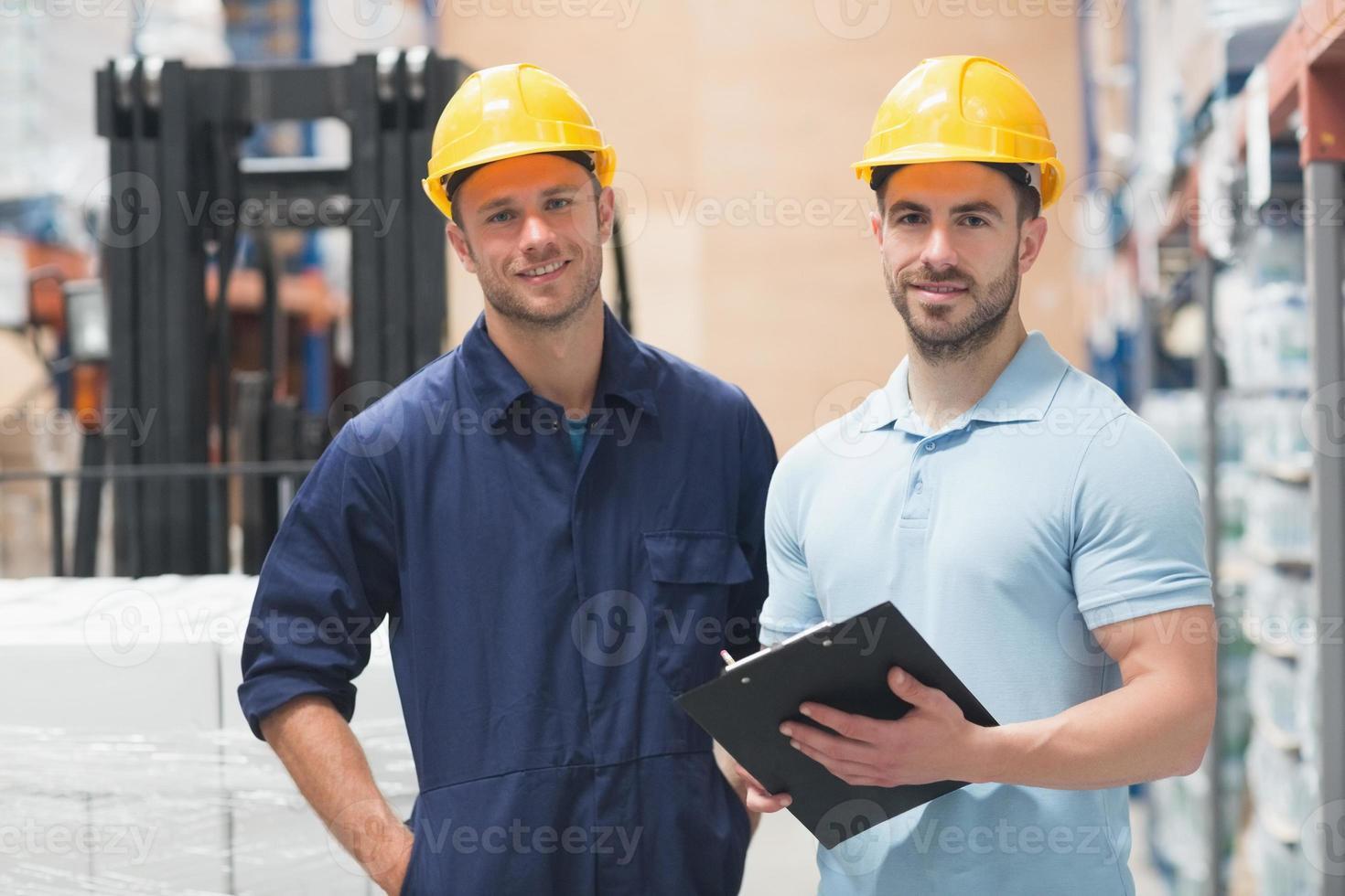 lachende collega poseren met klembord foto
