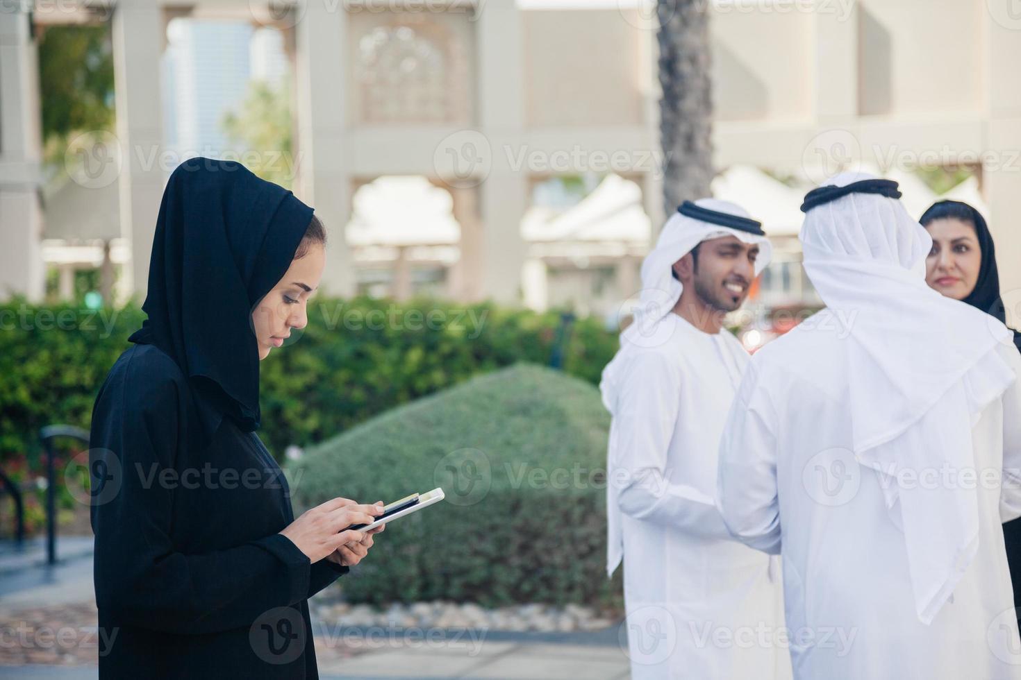 Arabische zakenmensen buitenshuis foto