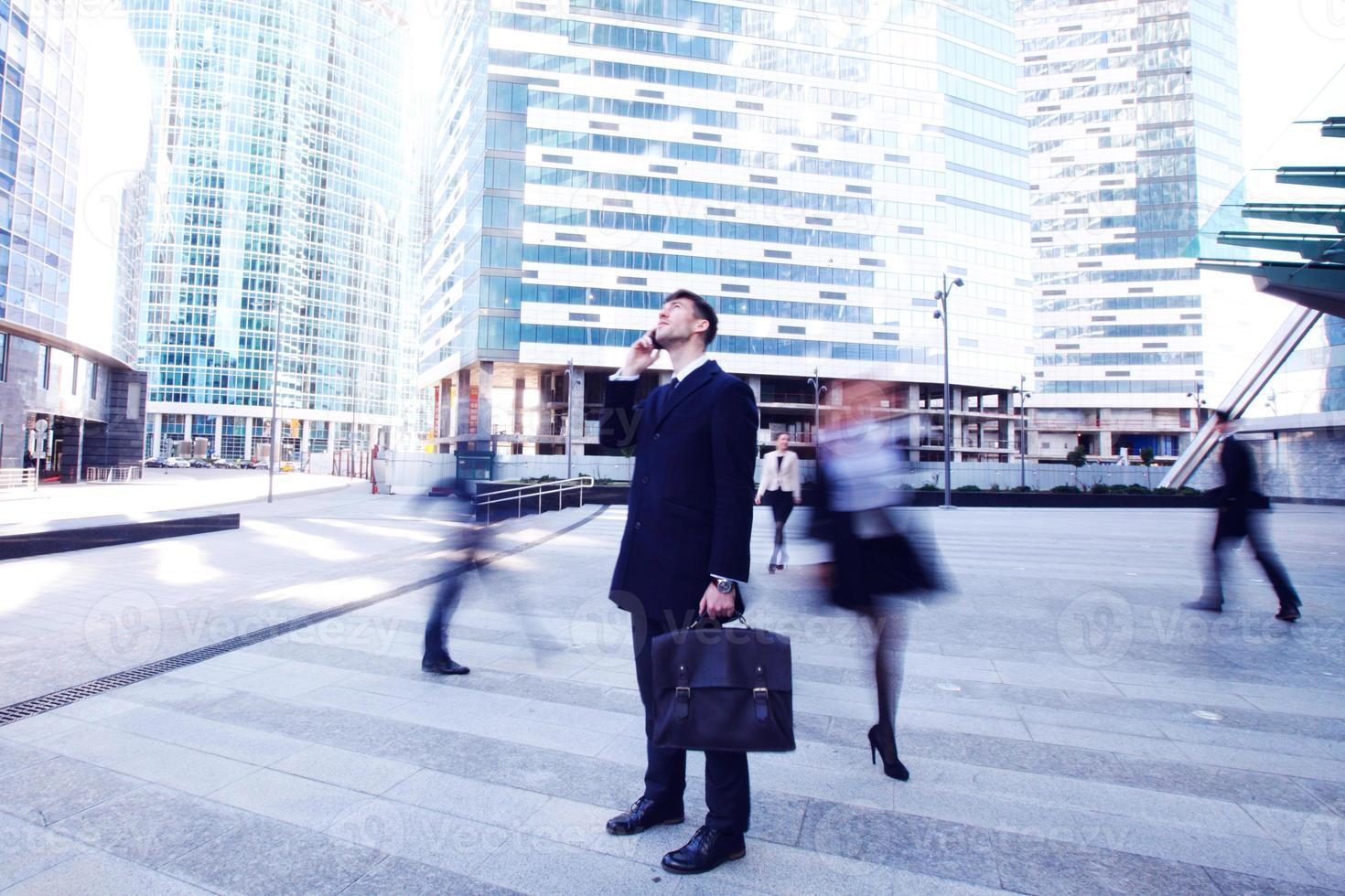 zakenman praten op mobiel foto