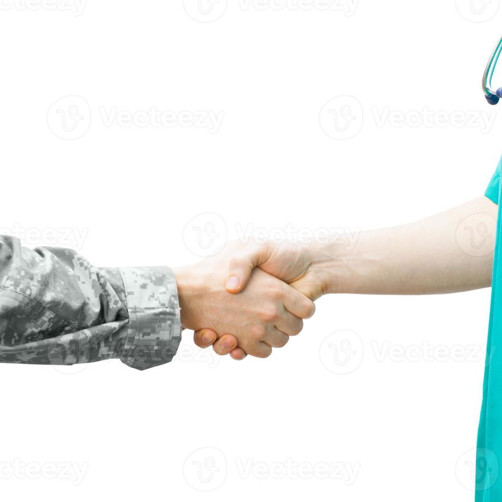 soldaat en arts handen schudden op witte achtergrond foto