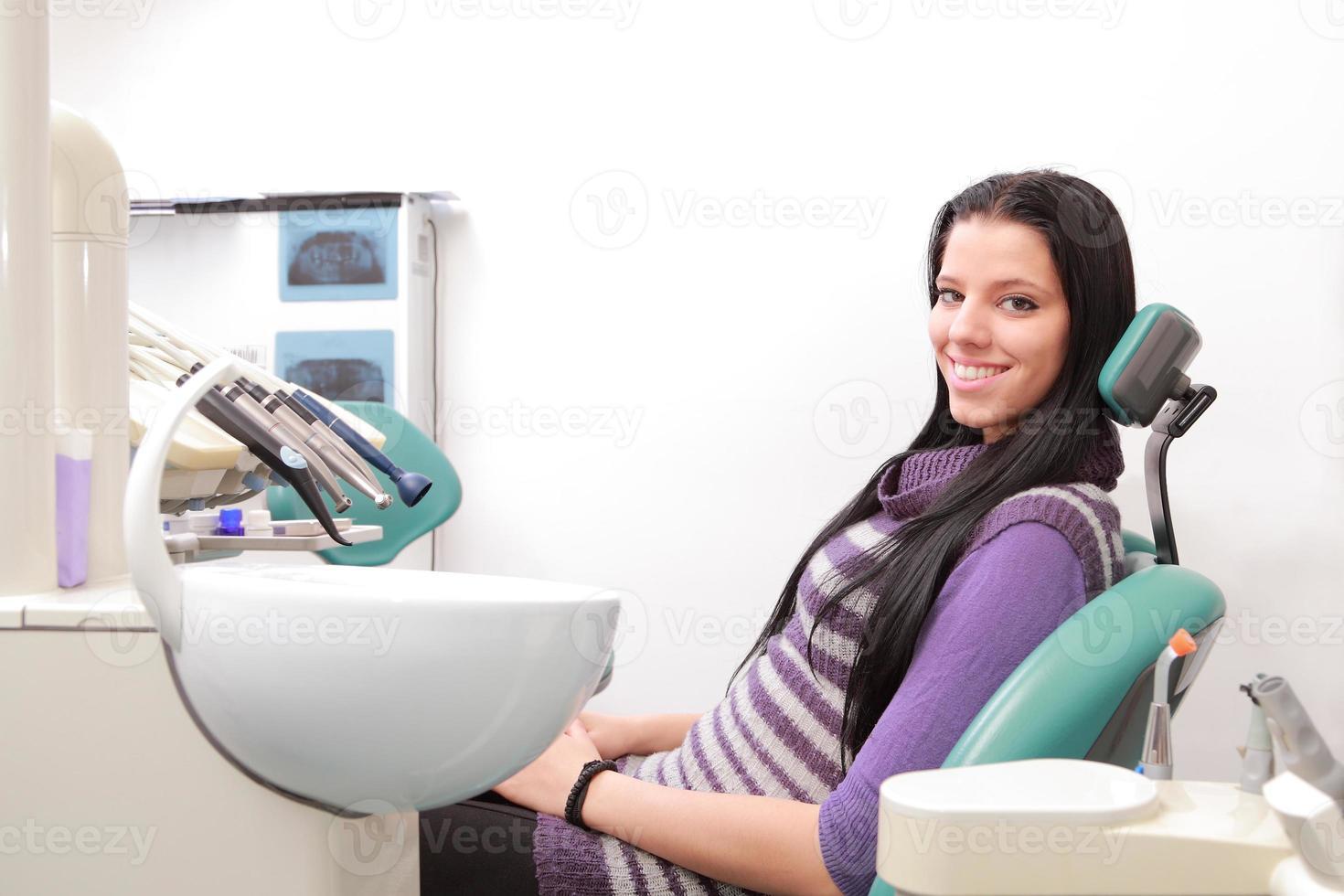 mooie glimlachende patiënt op het kantoor tandarts foto