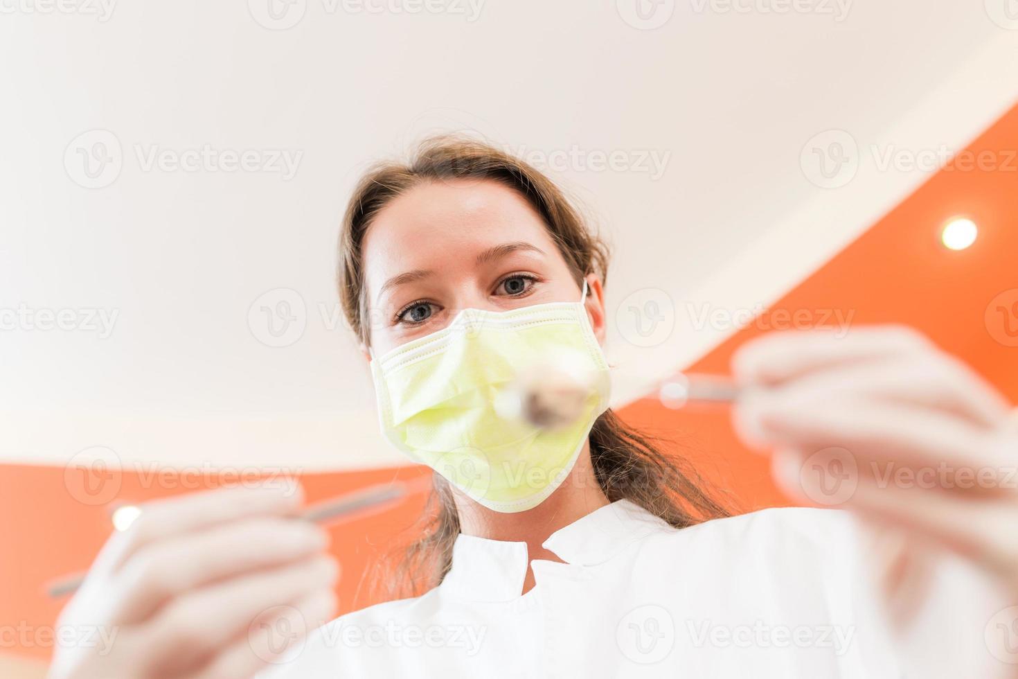 vrouwentandarts met masker foto