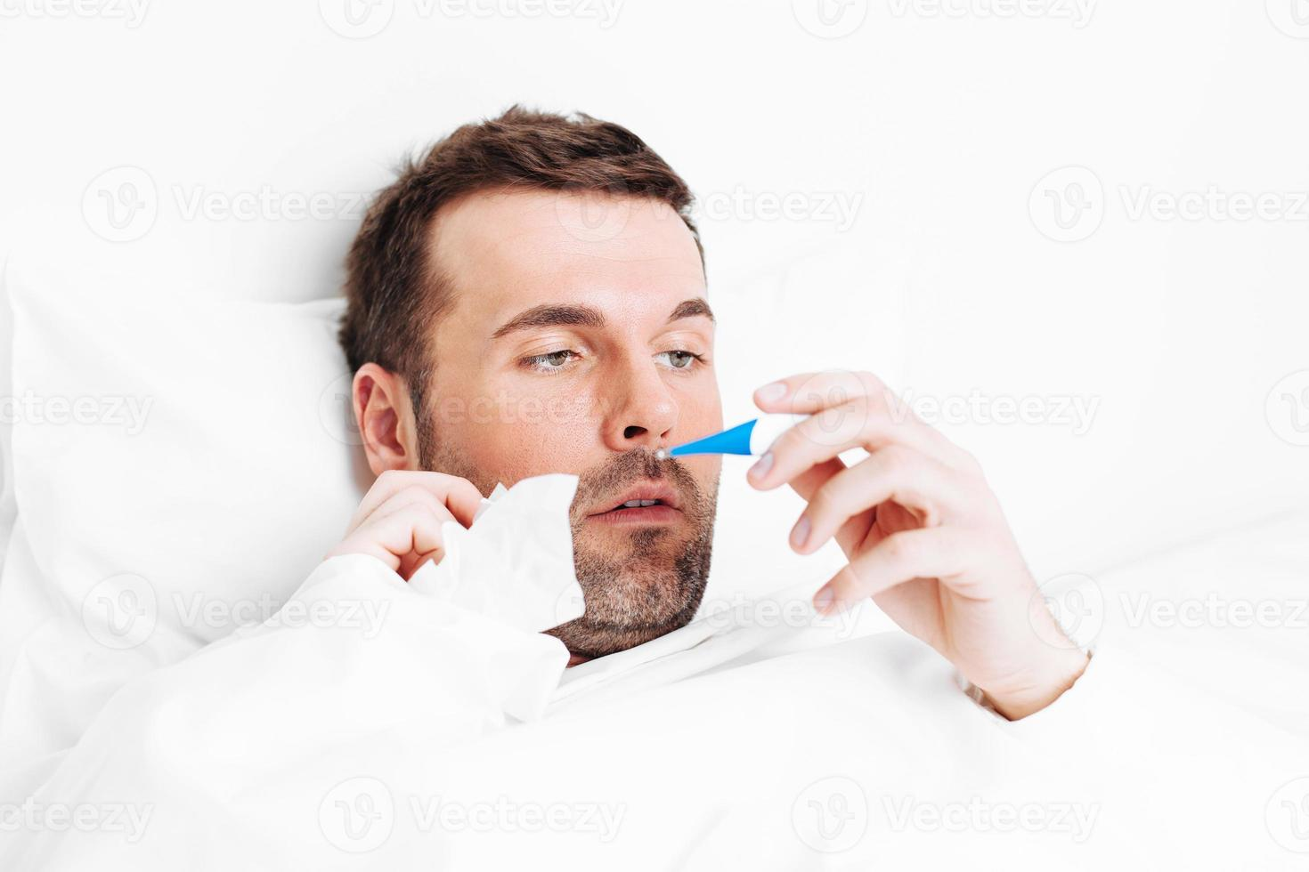 in bed met griep foto