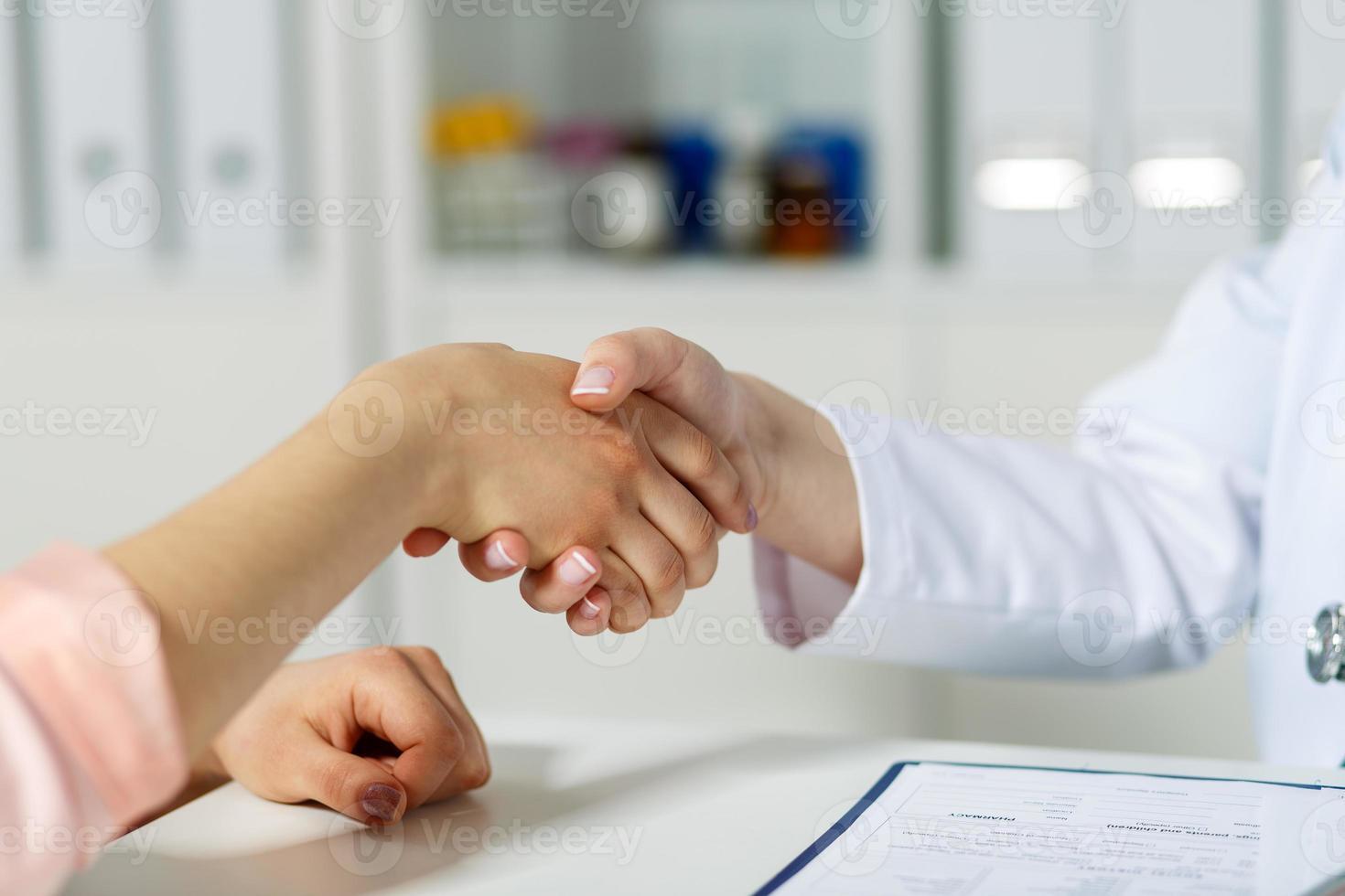 arts hand met patiënt schudden foto