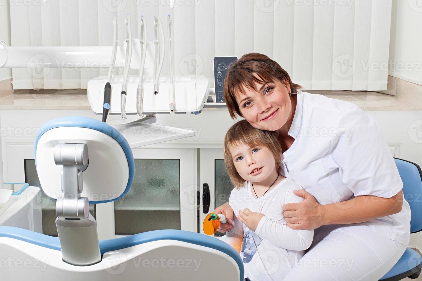 tandarts en patiënt lachend foto