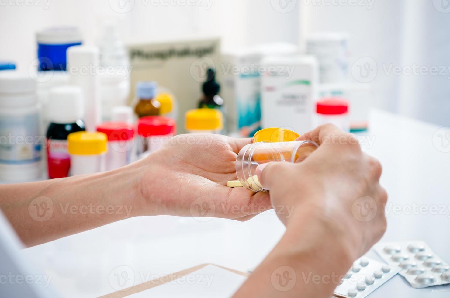 apotheker met medicijncontainer foto