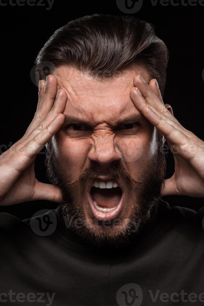 portret van jonge schreeuwende man in studio foto