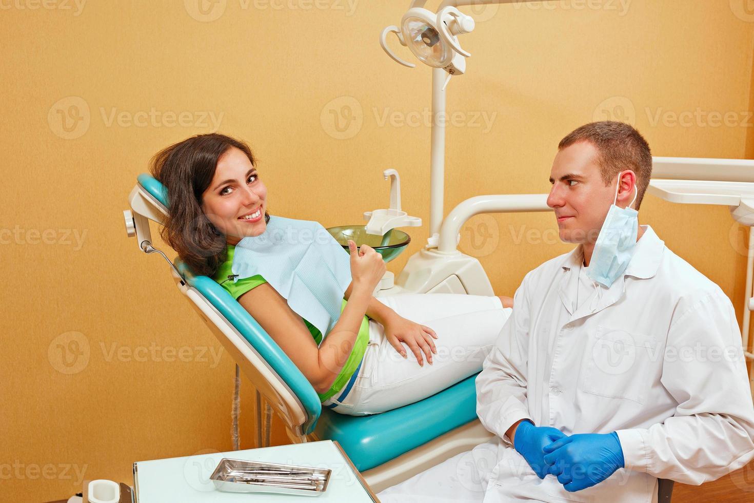 meisje op onderzoek bij de tandarts foto