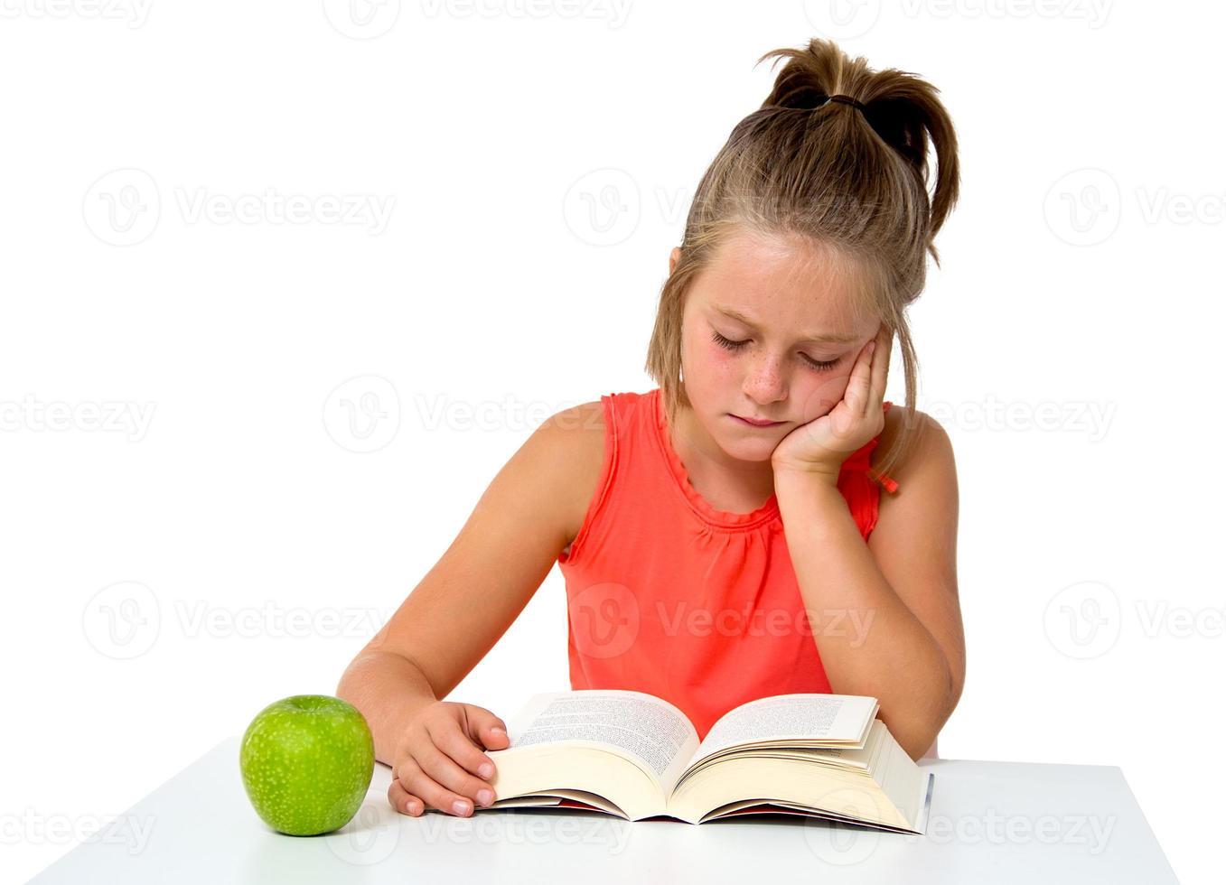 klein meisje het lezen van een boek foto
