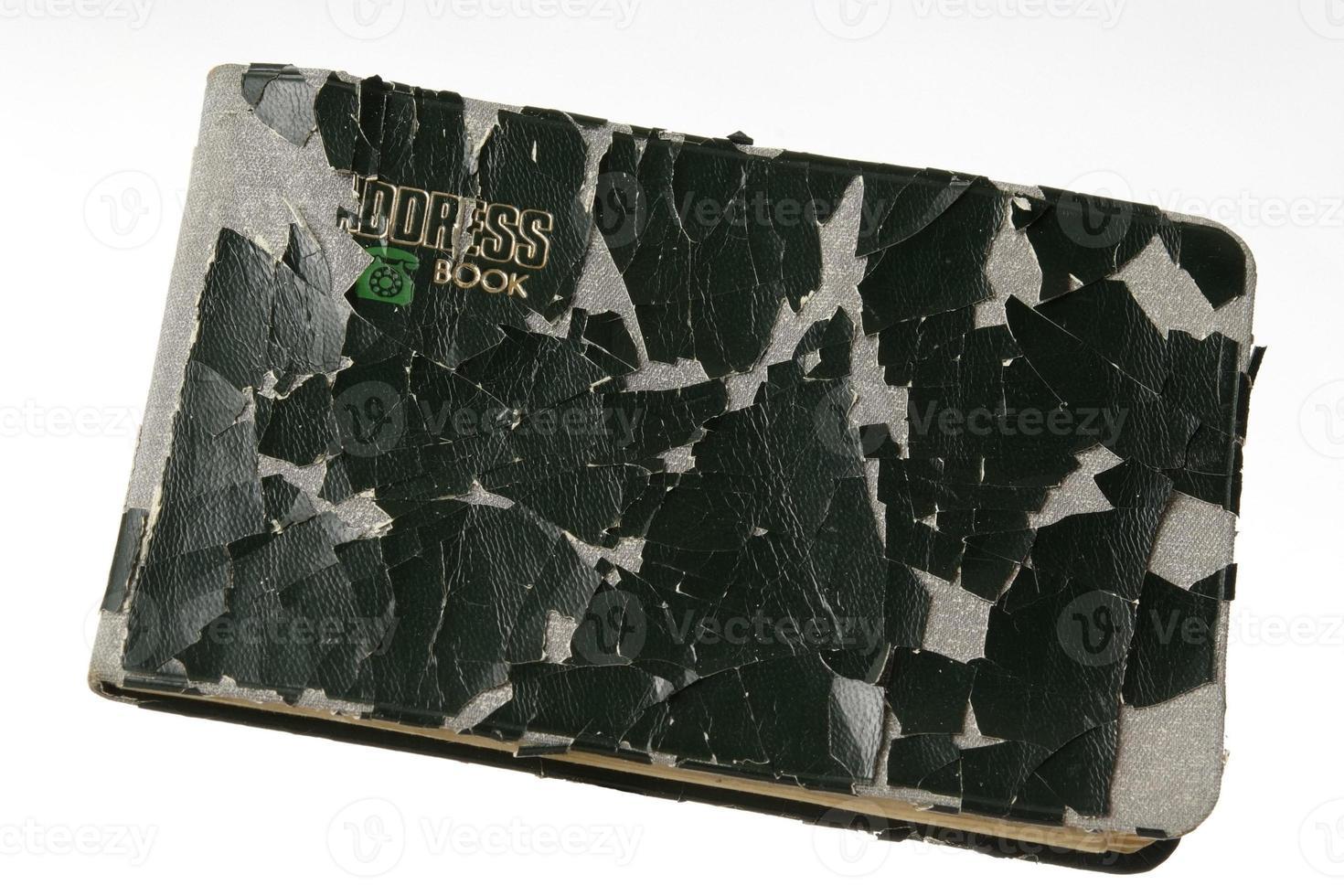 geïsoleerd schot van oud adresboek op witte achtergrond foto