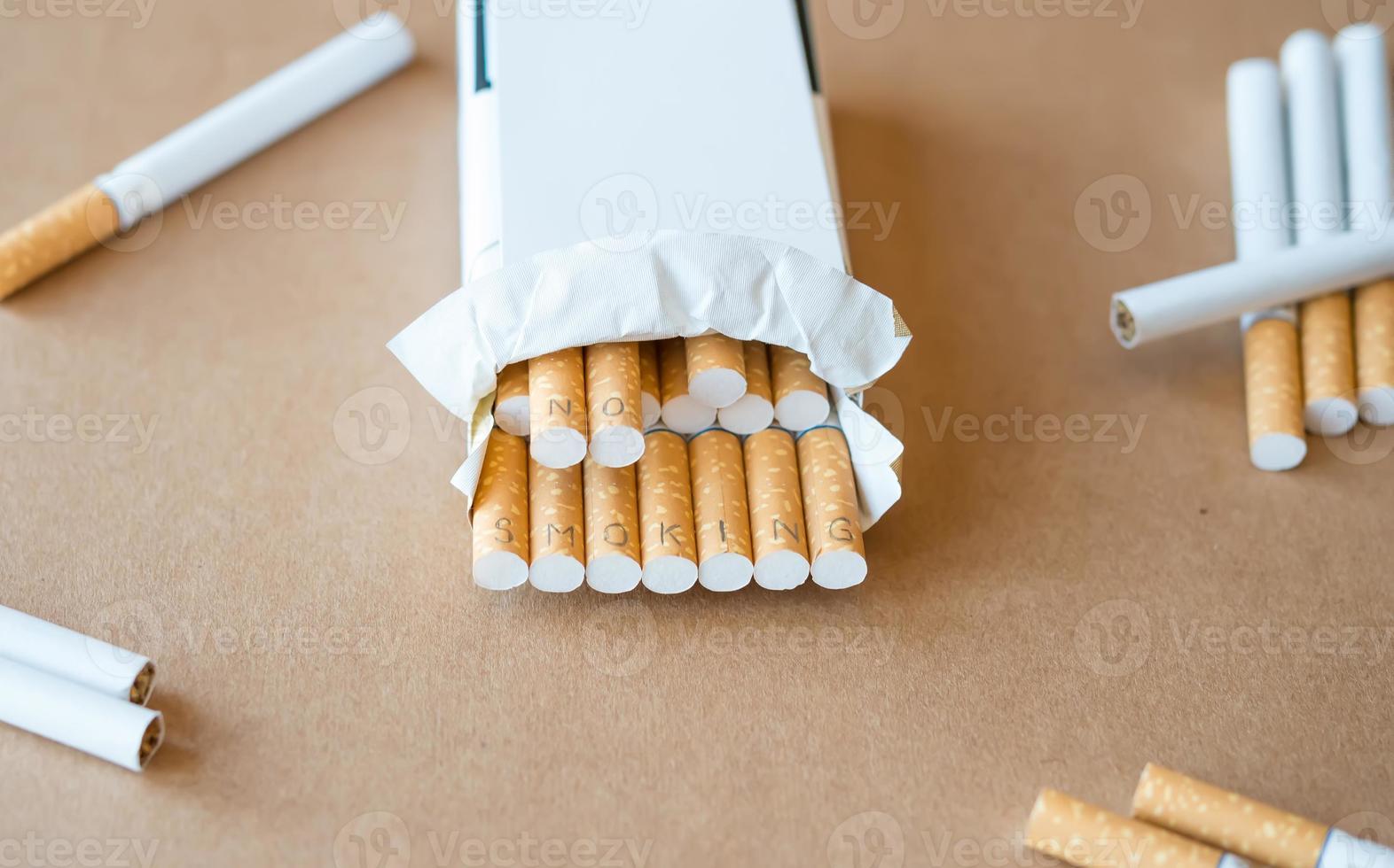 """gezondheidszorg. sigaretten met opschrift """"niet roken"""" foto"""