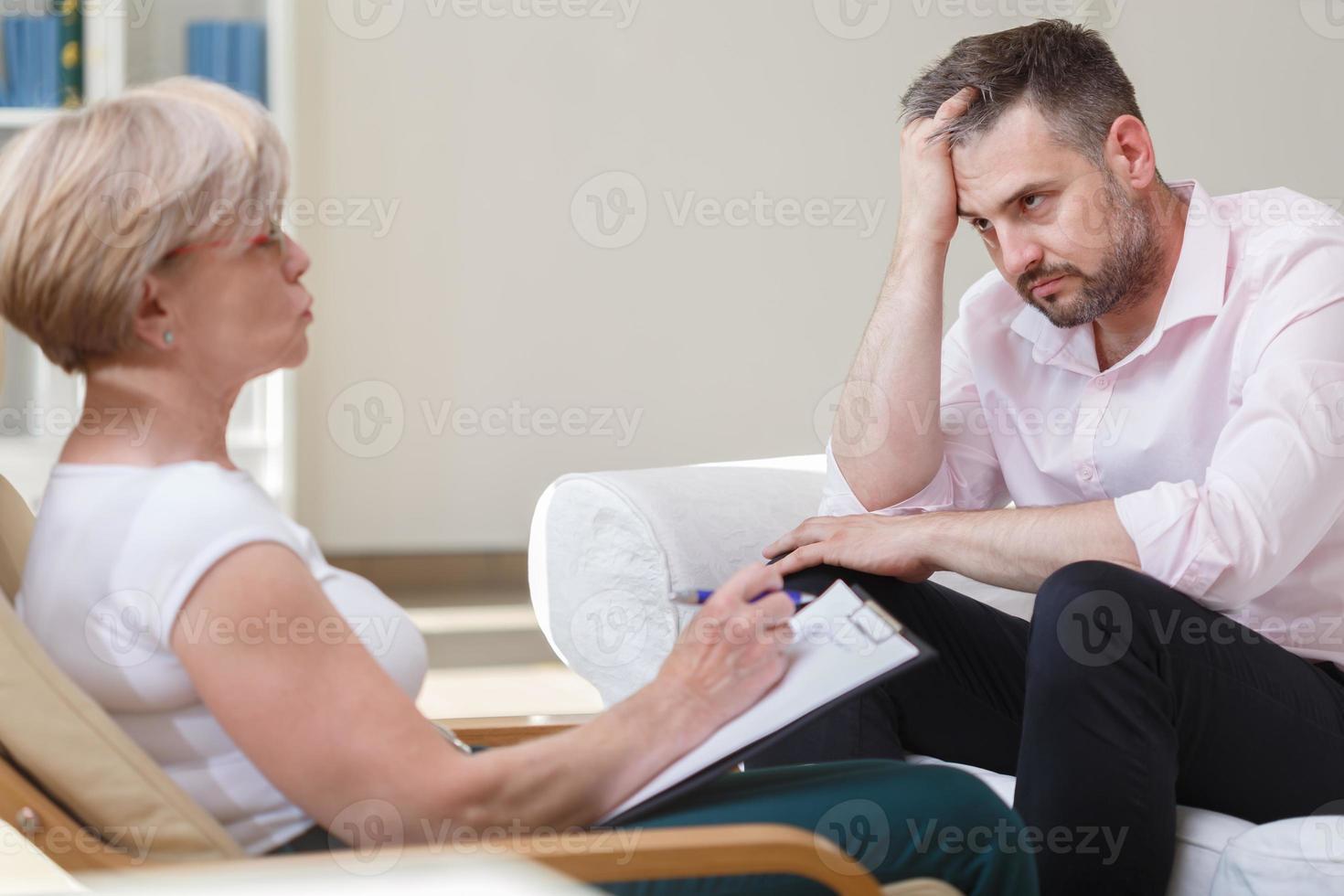depressieve zakenman met psychoanalyticus foto