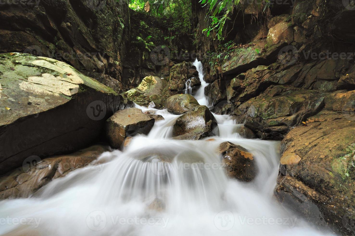 waterval in de jungle van borneo foto