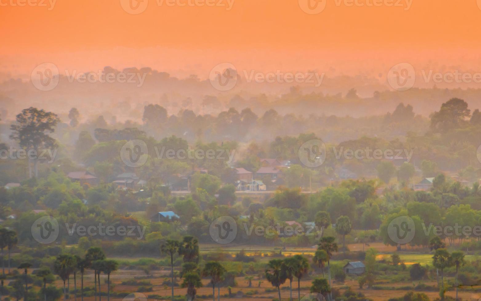 zonsondergang over Aziatische stad en jungle foto