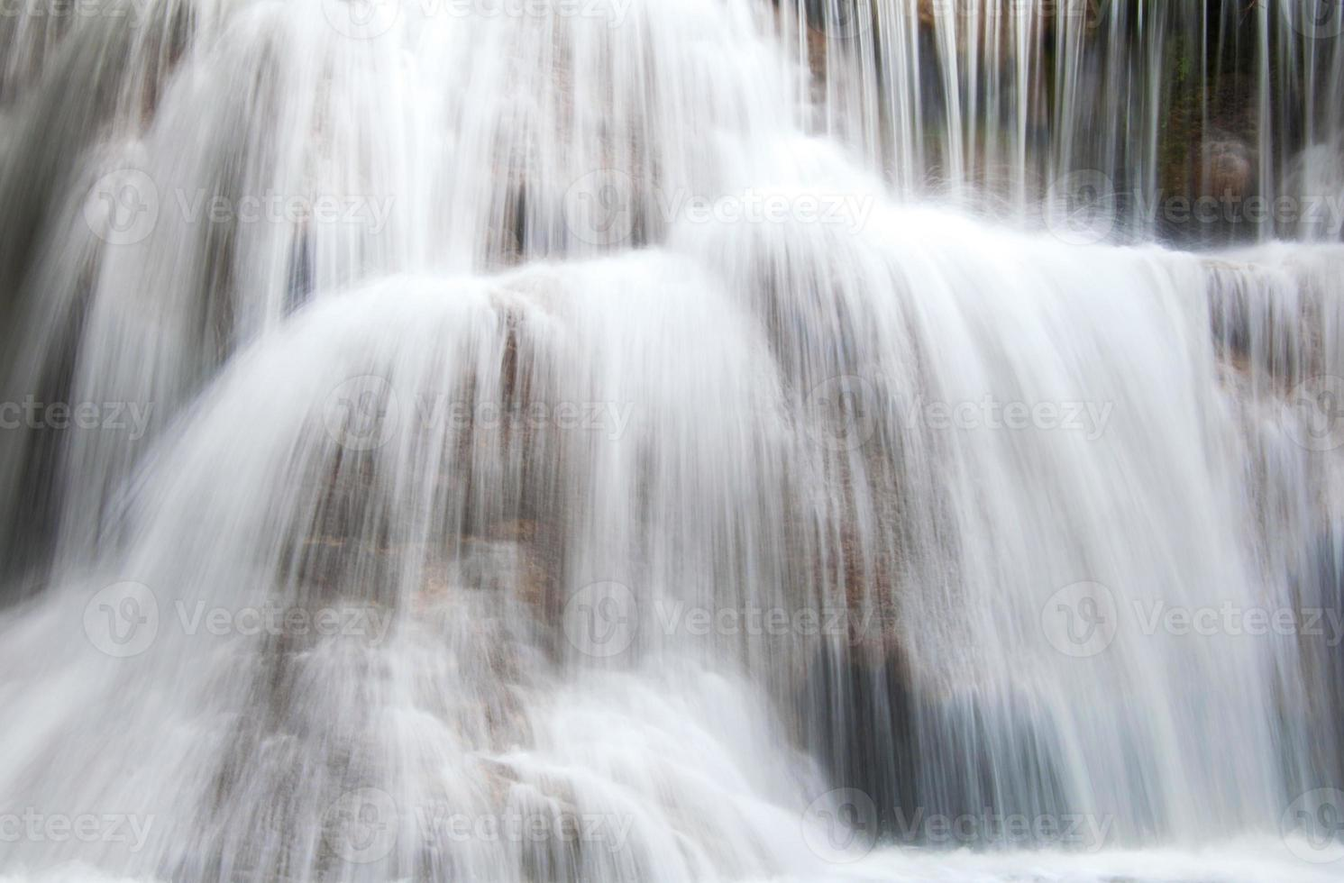 waterval in diepe regenwoud jungle in nationaal park, foto