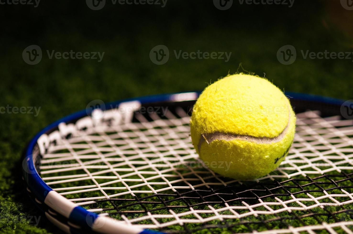 tennisbal op racket foto