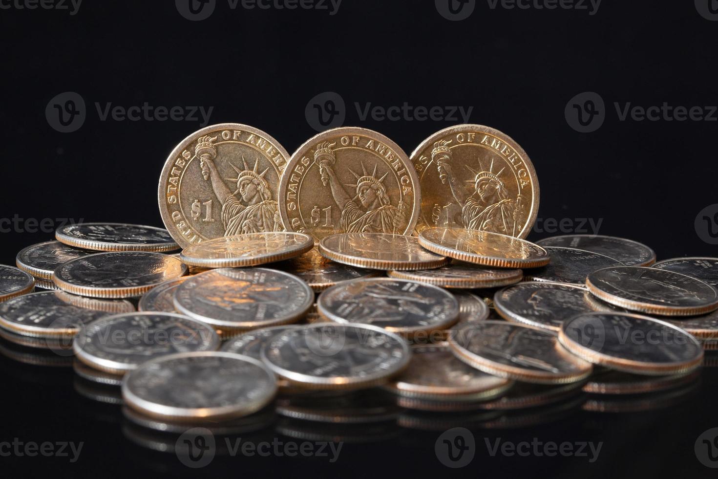 Amerikaanse dollar munten op een tafel foto