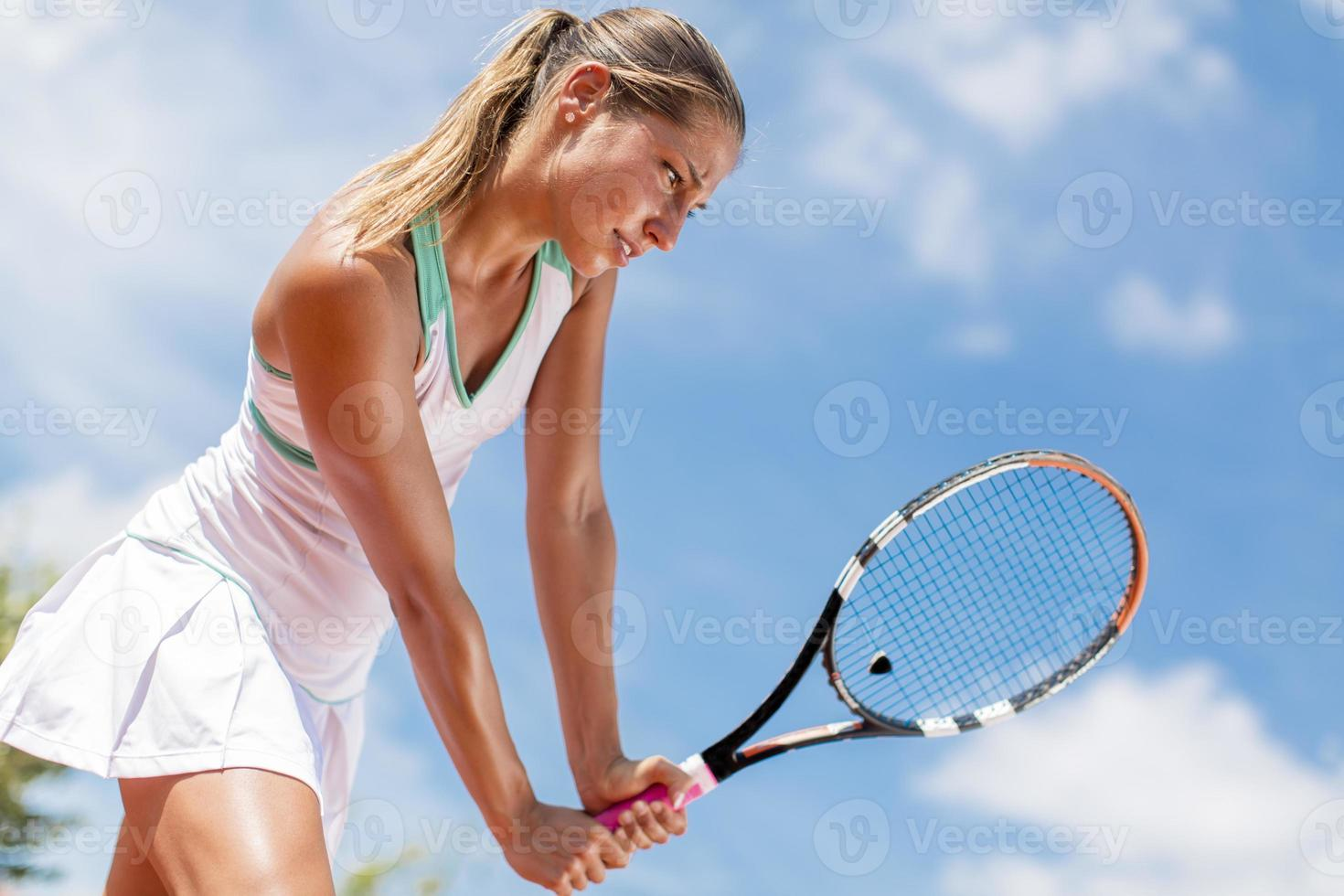 jonge vrouw met tennis foto