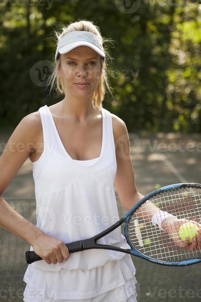 vrouw tennissen op de rechter foto