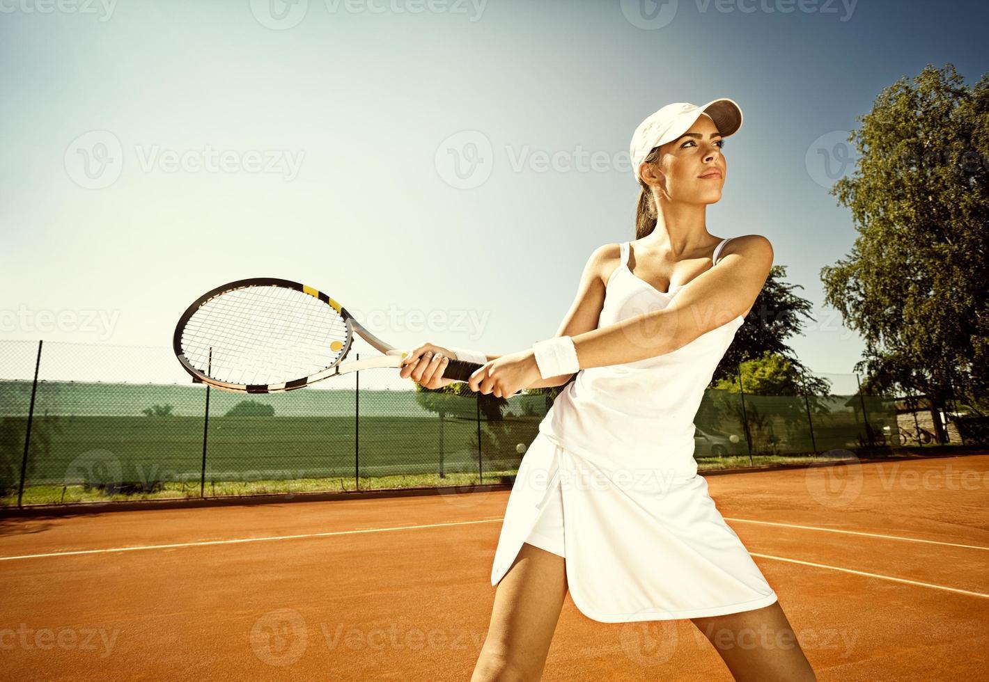 vrouw speelt tennis foto