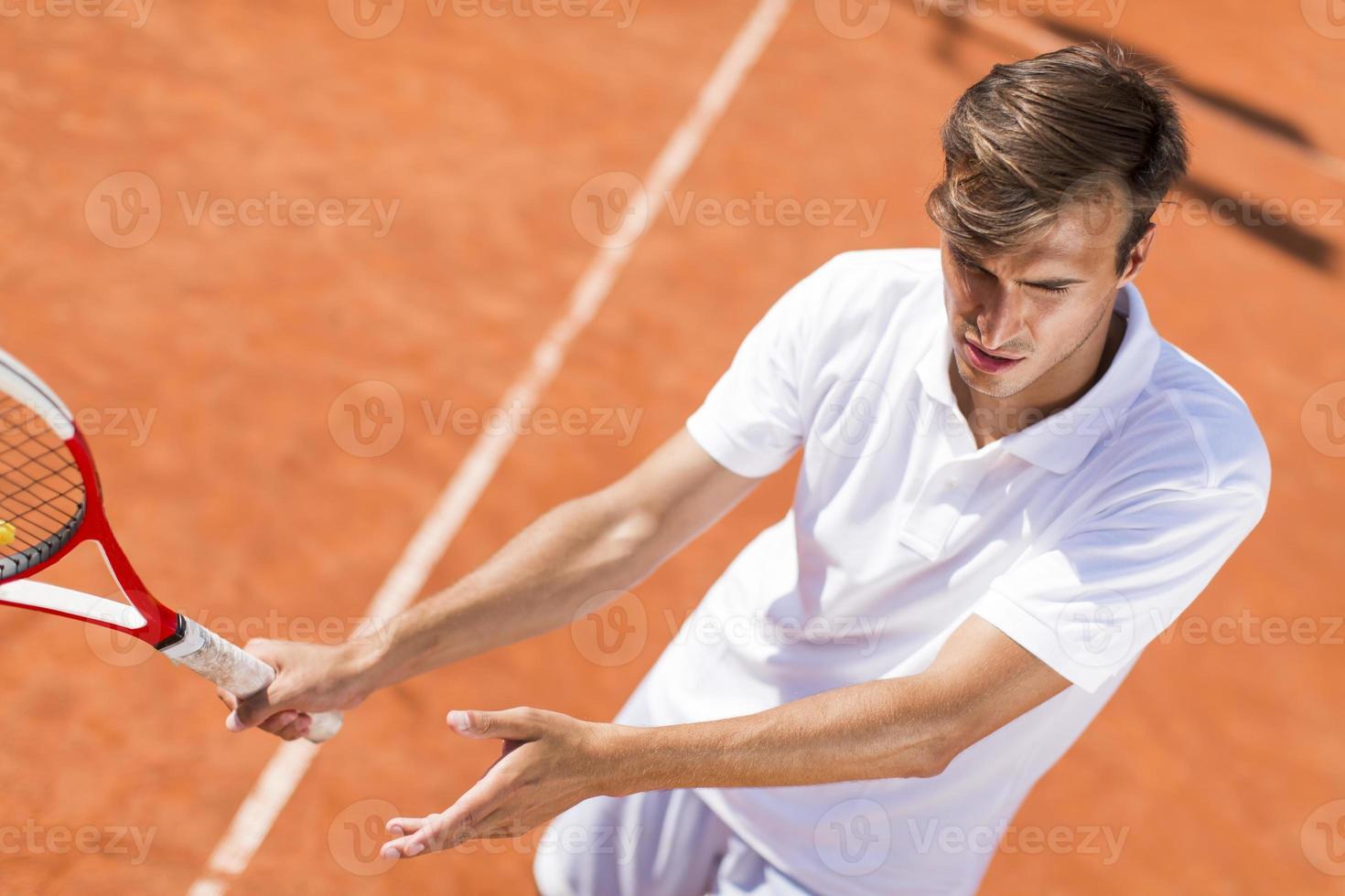 jonge man tennissen foto