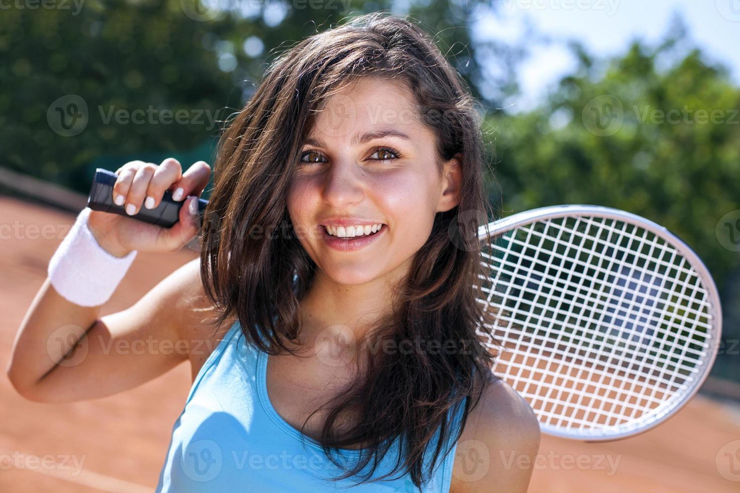 mooi jong meisje met tennis foto