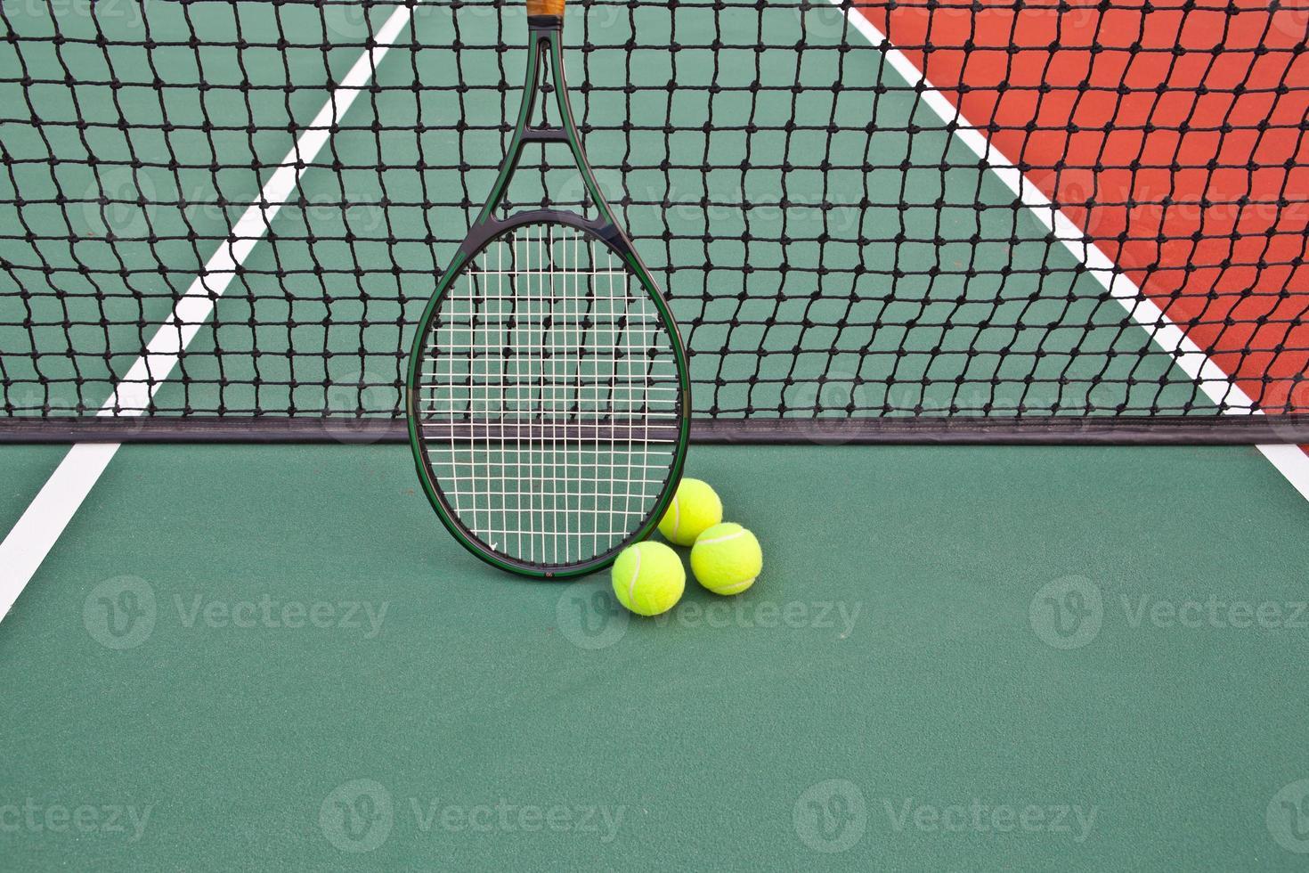 tennisbaan met bal en racket foto