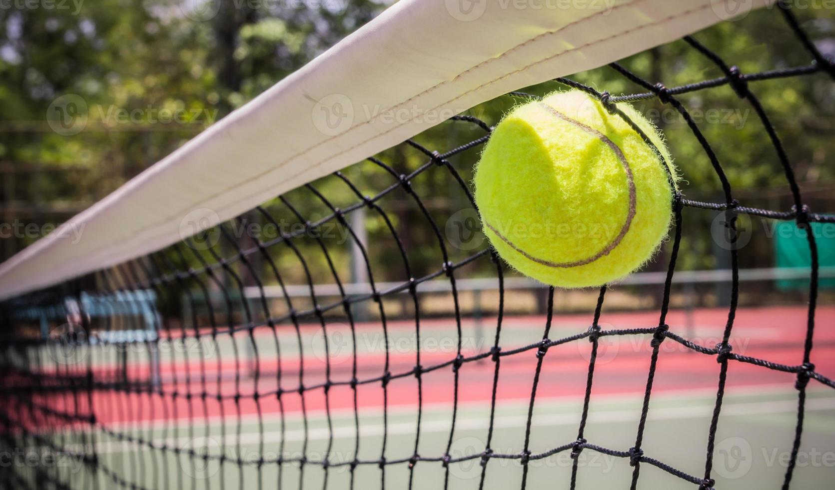 tennisbal in net foto