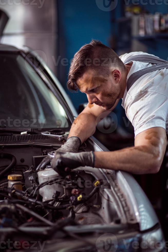 jonge knappe man onderhoud voertuig foto