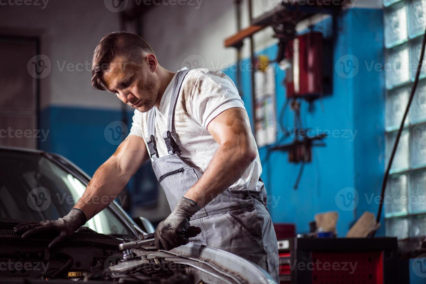 geüniformeerde monteur in tankstation foto