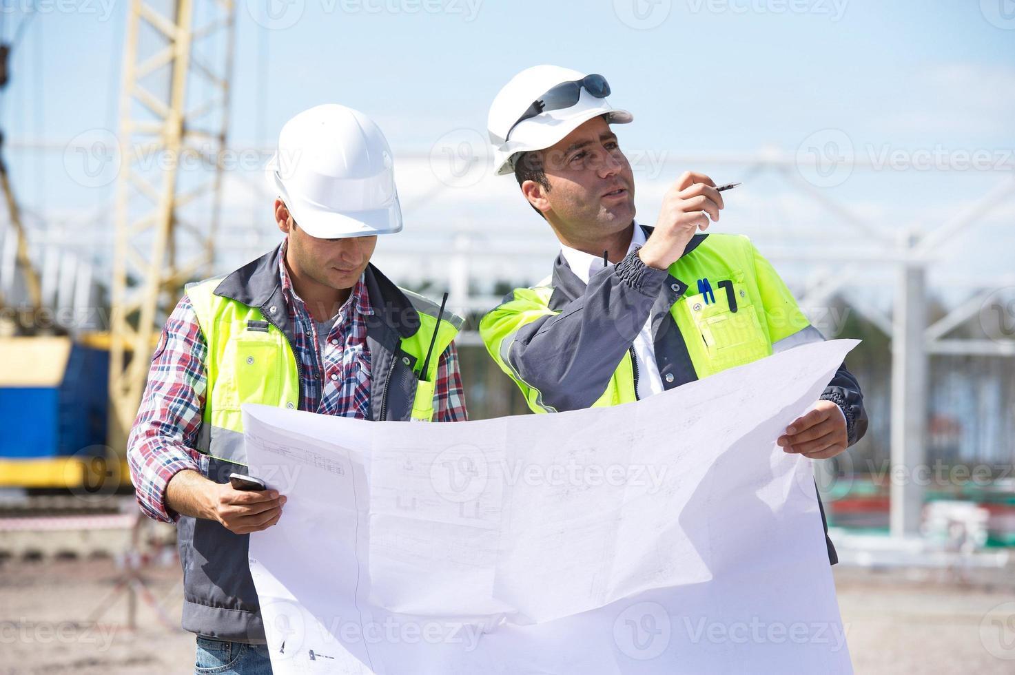 ingenieurs op de bouwplaats foto