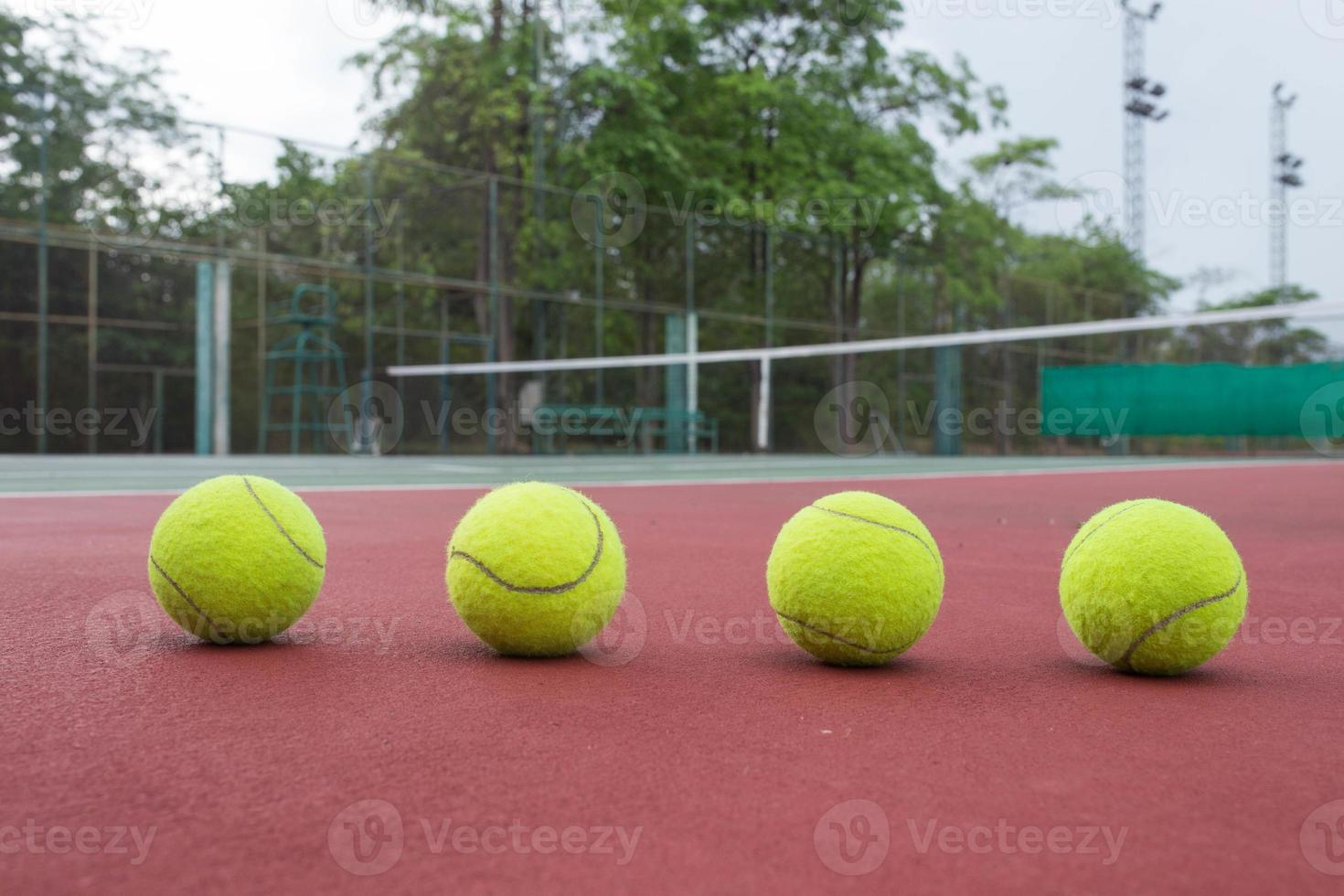 close-up van tennisballen op de tennisbaan foto