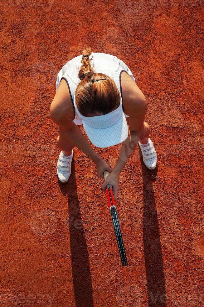 mooie tennisspeelster spelen van een wedstrijd foto