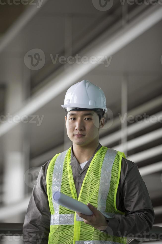 Aziatische industrieel ingenieur op het werk foto
