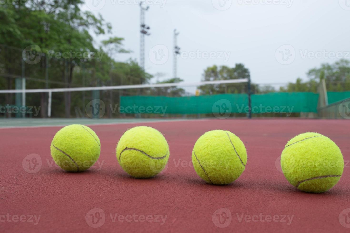 tennisbal op de baan close-up foto