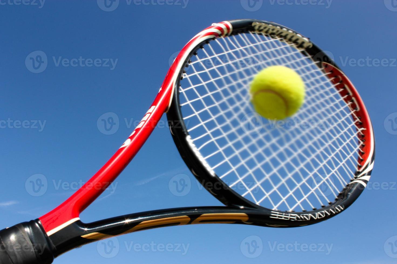 tennisracket dat de bal raakt foto