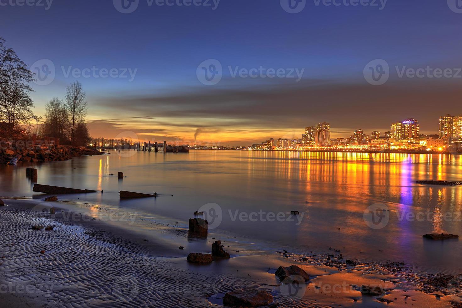 zonsondergang gloed met stadslichten op nieuwjaarsdag foto