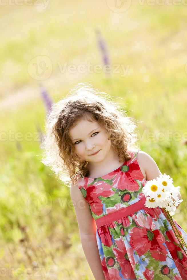 mooi meisje met een bos bloemen. foto