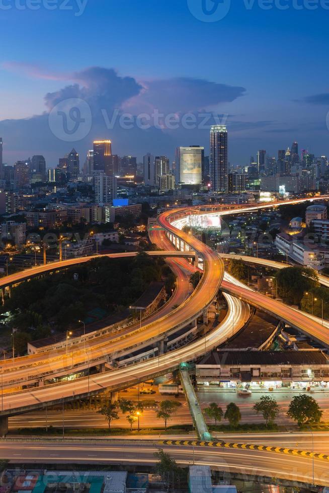 schemering stad verhoogde uitgewisselde skyline foto
