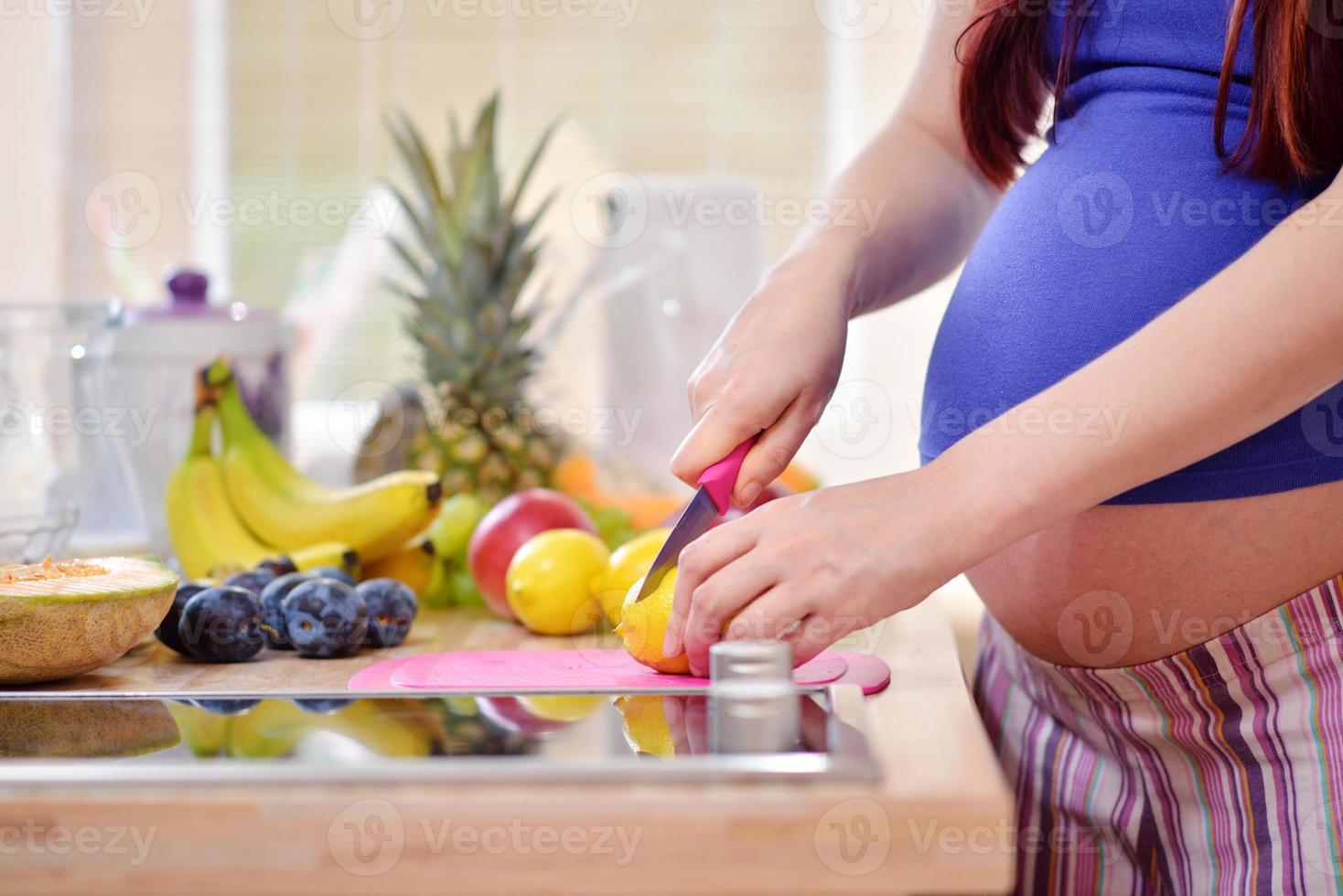 zwangere vrouwen in de keuken foto