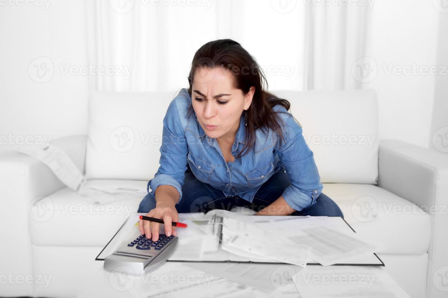 jonge vrouw thuis in stress wanhopig op zoek naar financiële problemen foto