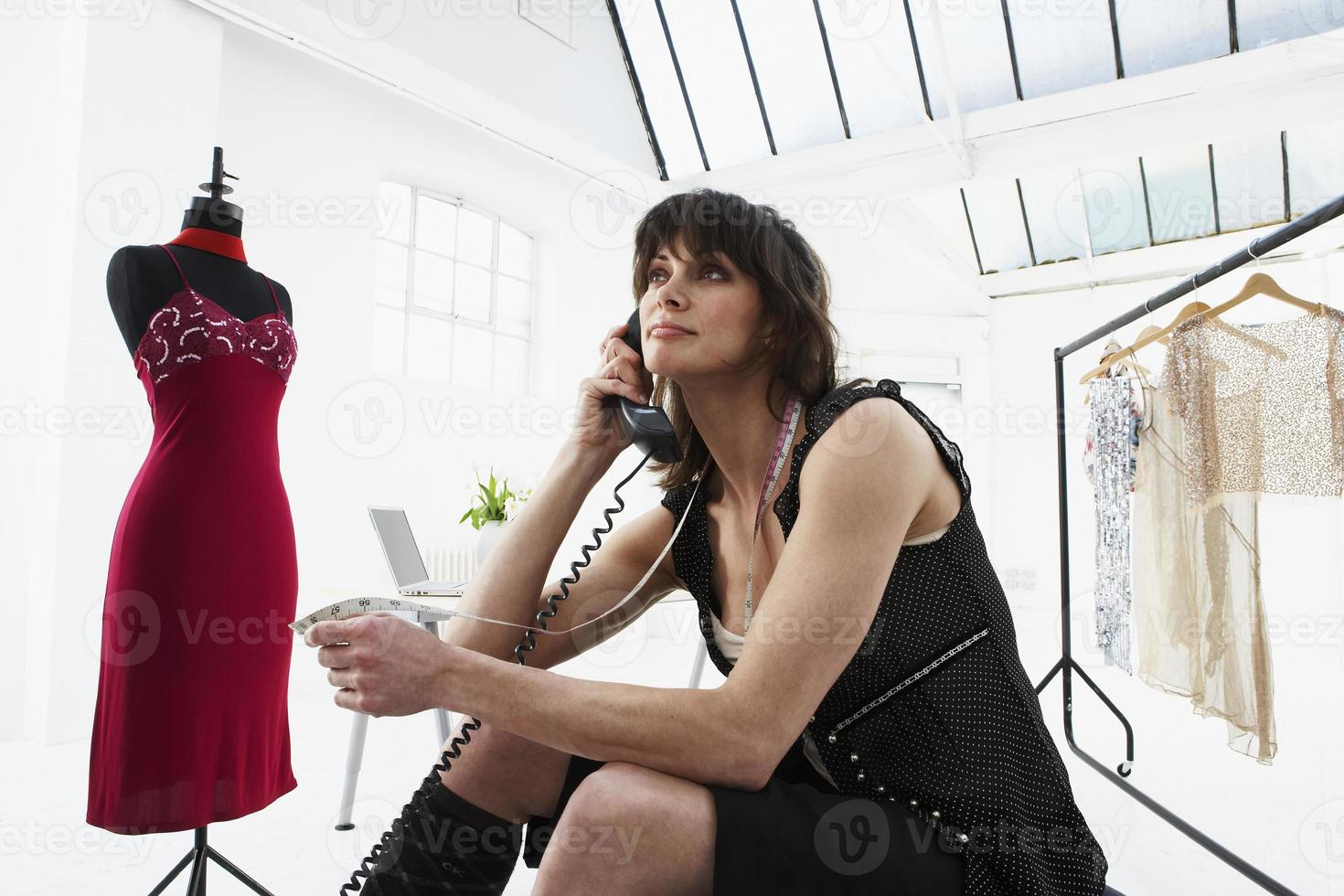 ontwerper praten over de telefoon in de studio foto