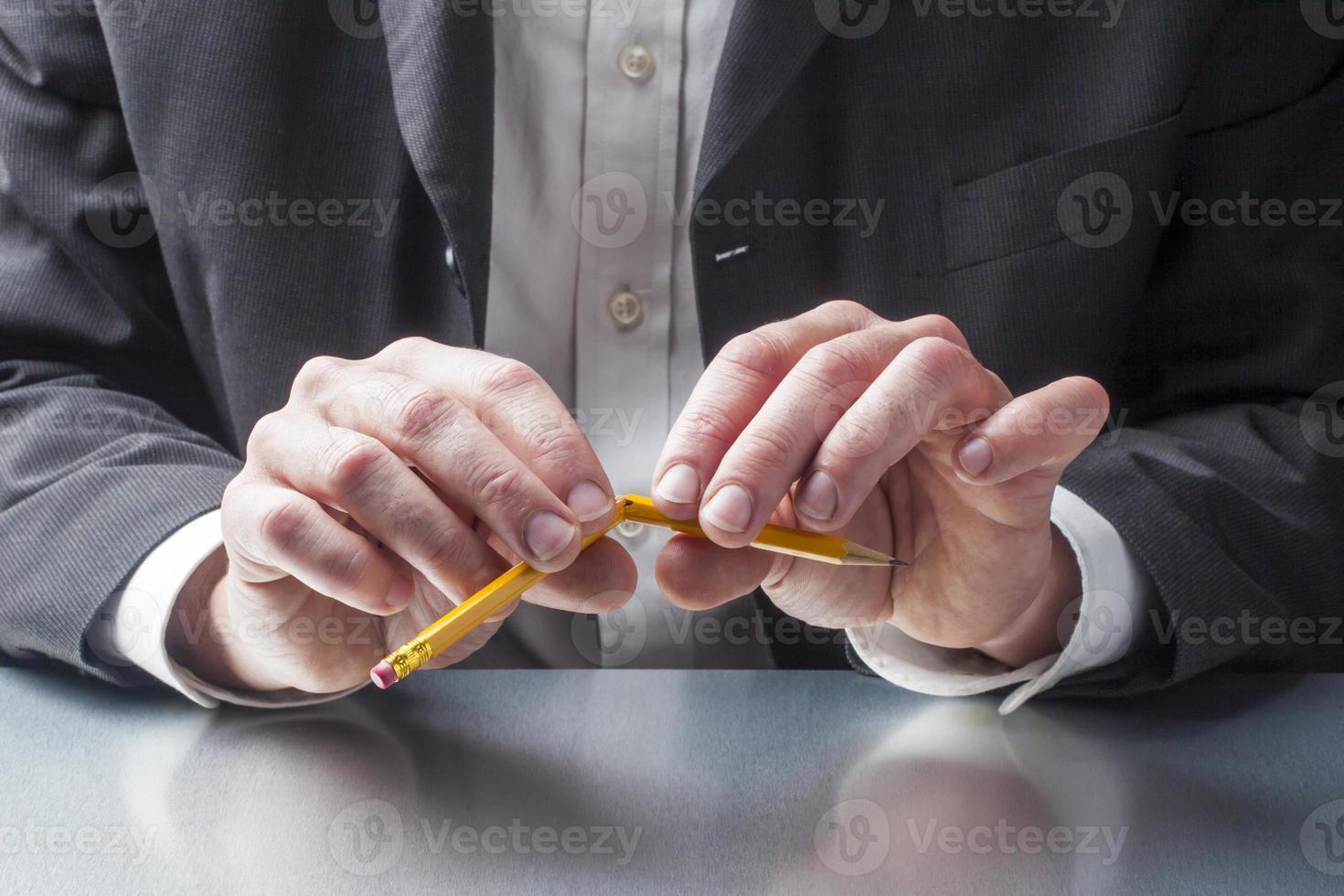 benadrukt manager met potlood gebroken in zijn handen foto