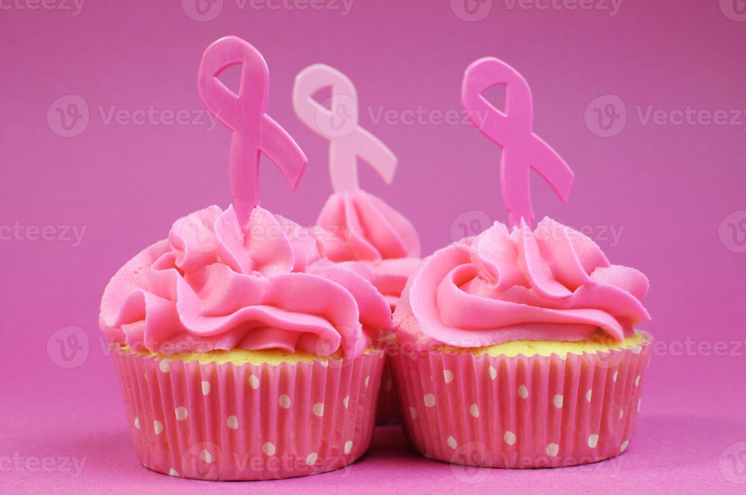 roze lint liefdadigheid cupcakes close-up. foto