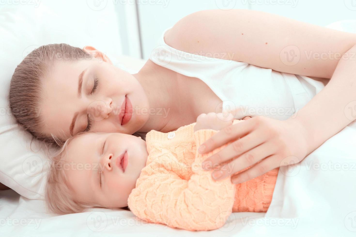 slapende baby en zijn moeder foto